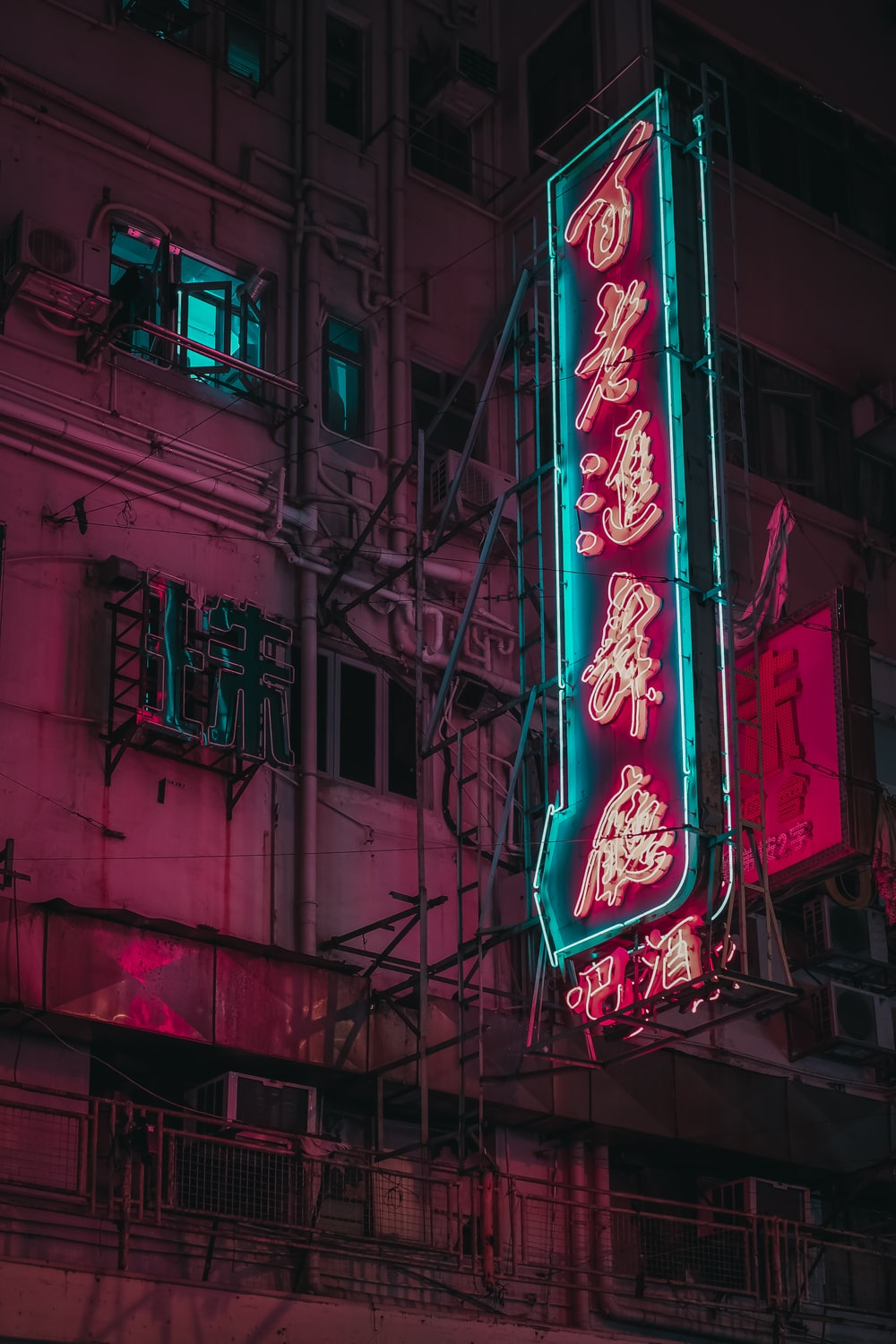 turned-on kanji script neon signage at the building