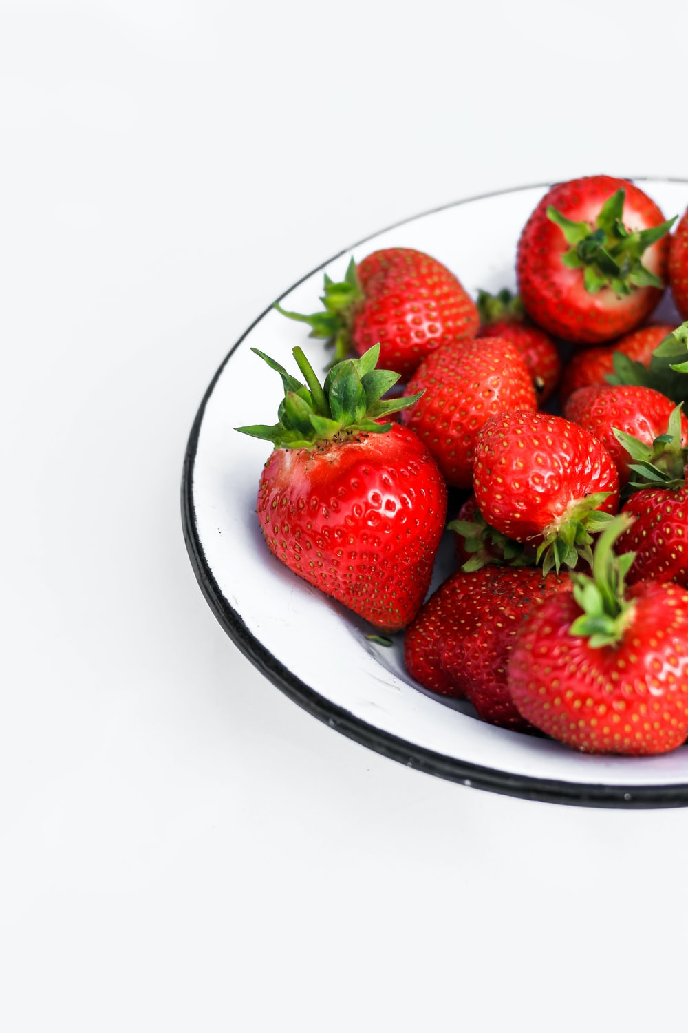 strawberry fruits in round plate