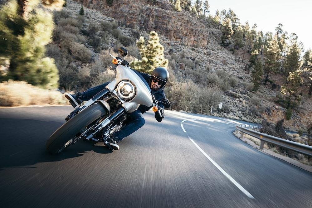 昼間の道でバイクに乗る男