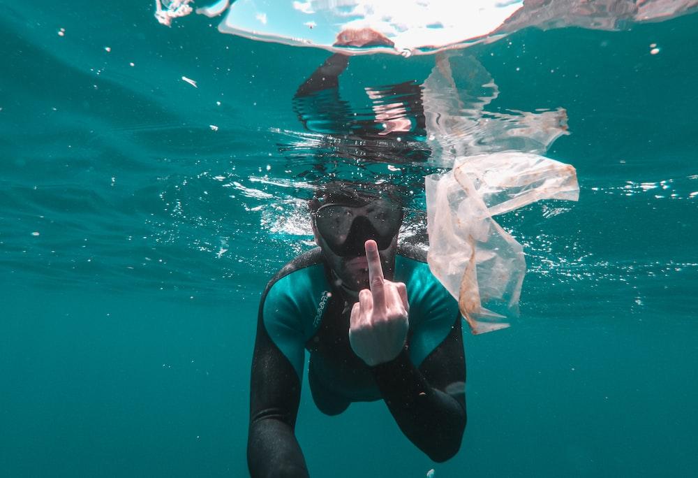 diver underwater photo