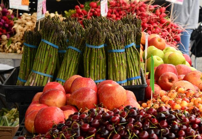 green asparagus beside apples during daytime