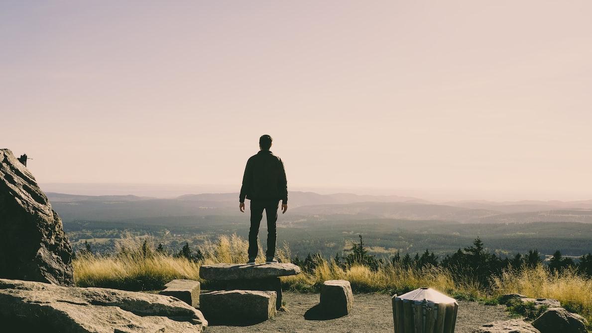 Mann mit Ausblick im Nationalpark im Harz