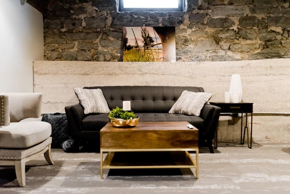 灰色のソファと茶色の木製テーブル