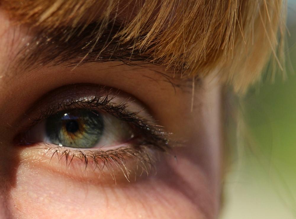 closeup photography of human eye
