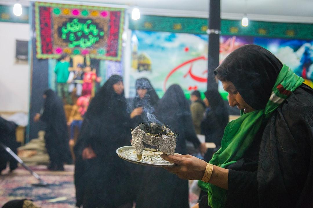 پیادهروی اربعین به حرکت شمار زیادی از مسلمانان شیعه به سمت شهر کربلا، در جنوب بغداد، به منظور جمع شدن همهٔ آنها در چهلمین روز پس از سالگرد کشته شدن حسین بن علی، سومین امام شیعیان در واقعهٔ عاشورا گفته میشود. پیادهروی اربعین در زمان حکومت صدام حسین ممنوع بود. این مراسم میلیونی یکی از قدرتمندترین نمادهای همبستگی میان جهان تشیع است. در گردهمایی اربعین از جمله گروههای مسلمانان شیعه، مسلمانان سنی، مسیحی، ایزدی و دیگر آیینها هم در آن حضور داشتهاند. این رویداد بزرگترین گردهمایی سالانهٔ مذهبی در جهان است.  (تصاویر پیاده روی اربعین در مرز مهران)