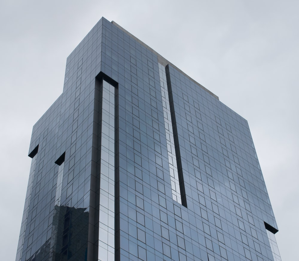 gray high-rise buolding