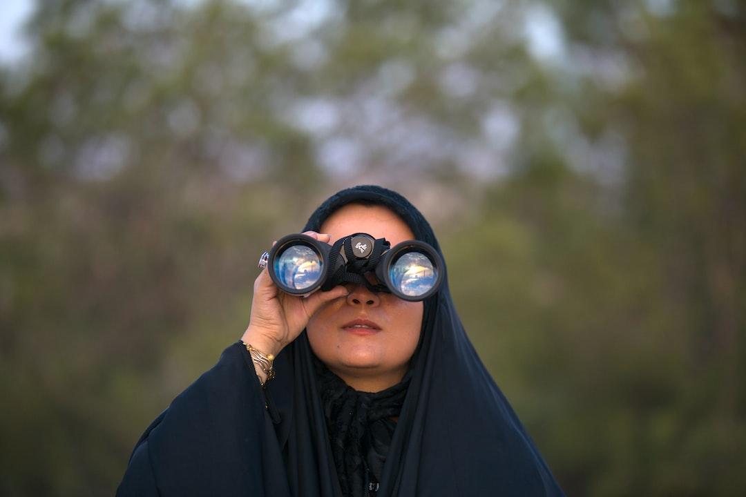 استهلال تلاش برای رؤیت هلال ماه را گویند. این عمل دارای ارزش نجومی است، زیرا ماه قمری ممکن است ۲۹ یا ۳۰ روزه باشد و مشاهده ماه نو گاه کاری دشوار و نیازمند محاسبات نجومی است. از نظر اسلام نیز این کار مهم و مستحب محسوب میشود. زیرا مناسبتهای دین اسلام بر مبنای گاهشمار قمری تنظیم شدهاست. در عکس فوق عده ای متخصص از یک موئسسه نجومی اسلامی در قم، در بلندی های بوستان علوی در حال استهلال ماه شوال هستند. (فرزانه پیری)