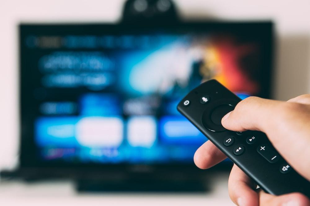 televisão de tela plana ligada