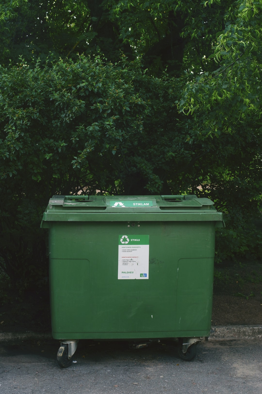 Curbside waste trash sorting container for sorting waste to aid pollution and aid sustainable environment development and plastic pollution management.