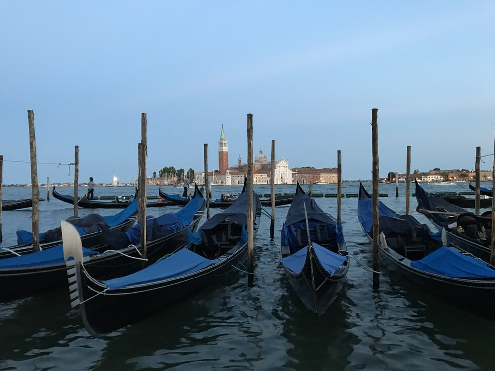 blue and gray boats viewing brown and white houses