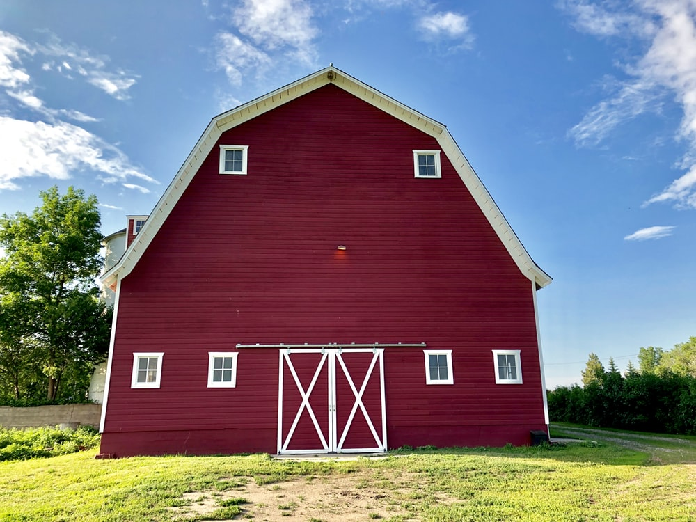 red barn during daytime