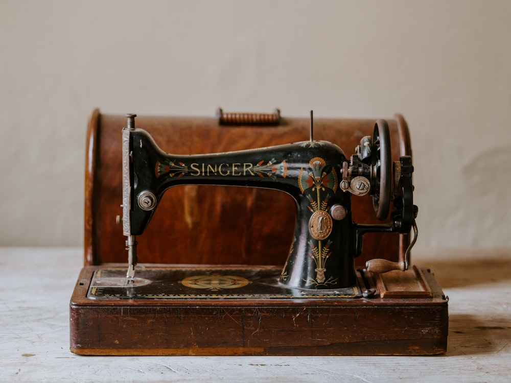 black singer sewing machine with lid