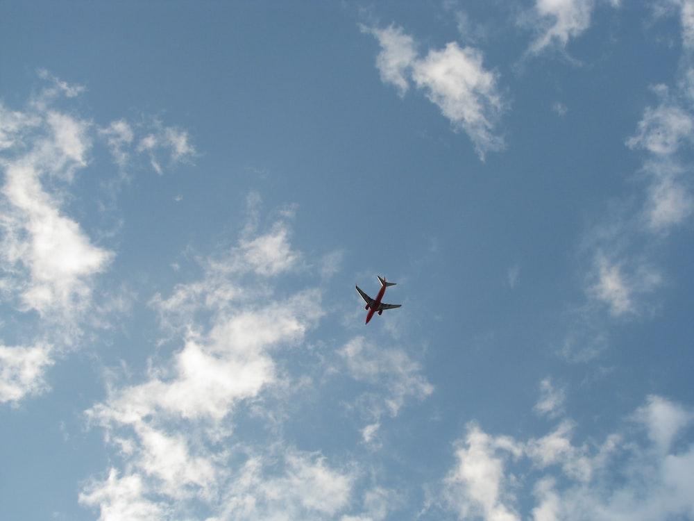 airplane in flight during daytime