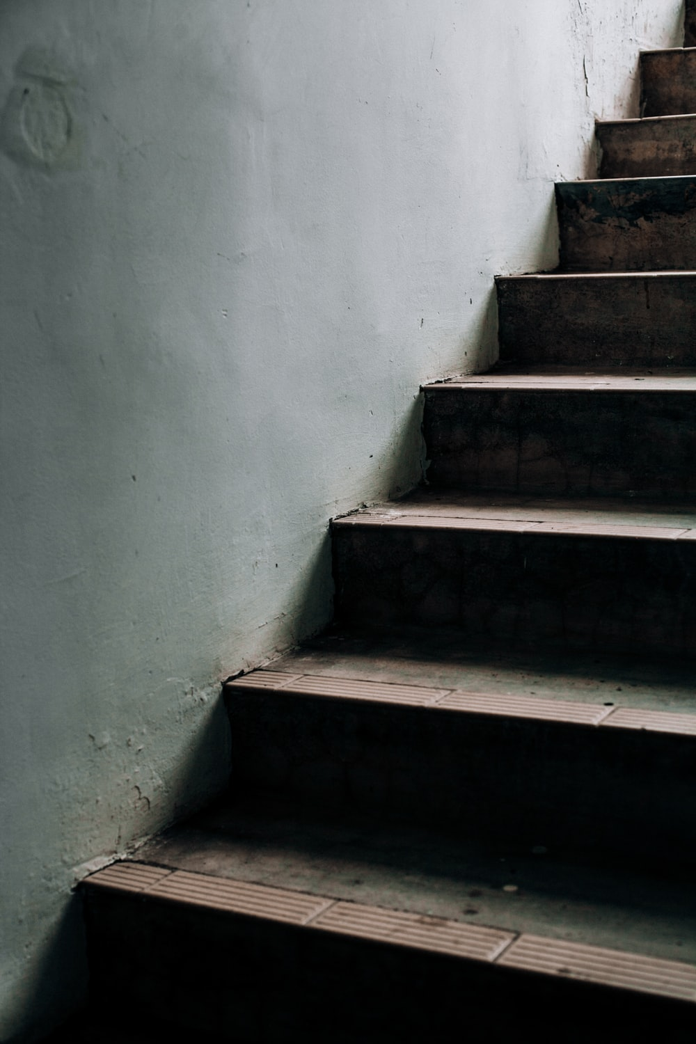empty stairs near a grey wall close-up photography