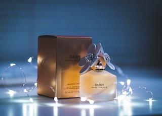 white Daisy perfume bottle and box