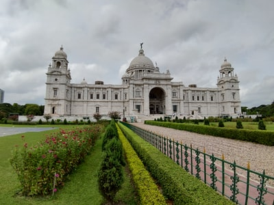 green hedge in front of The Victoria Memorial