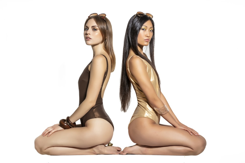 two woman siting on focus photography