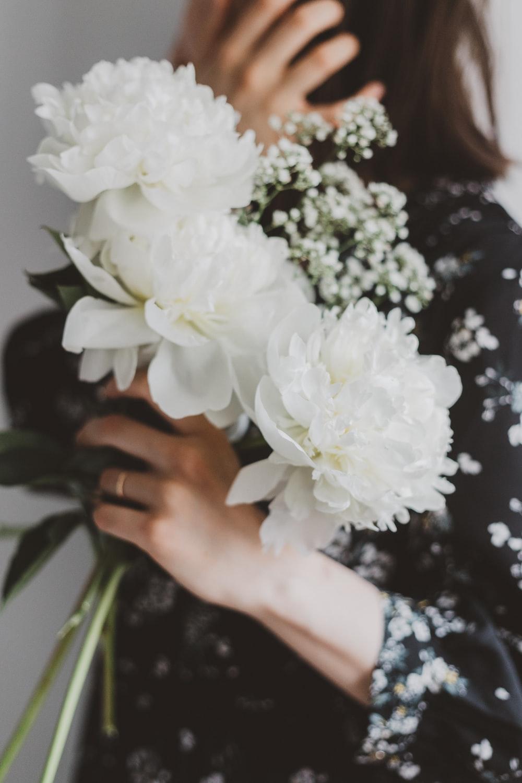 white clustered-petal flower