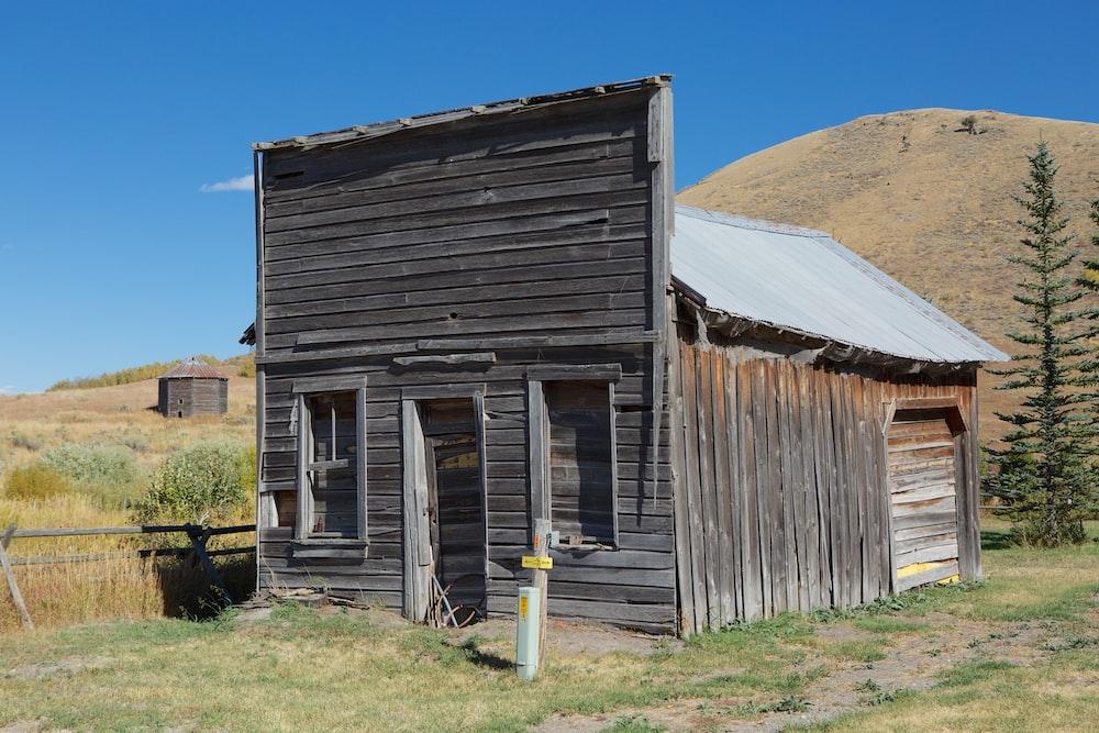 brown bungalow near mountain