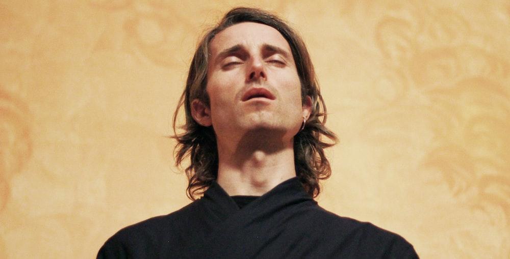 man wearing black top close-up photography