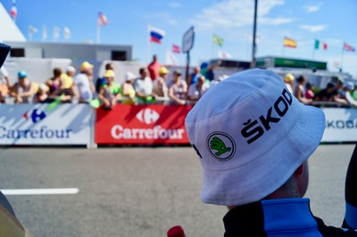 man wearing white hat skoda teams background