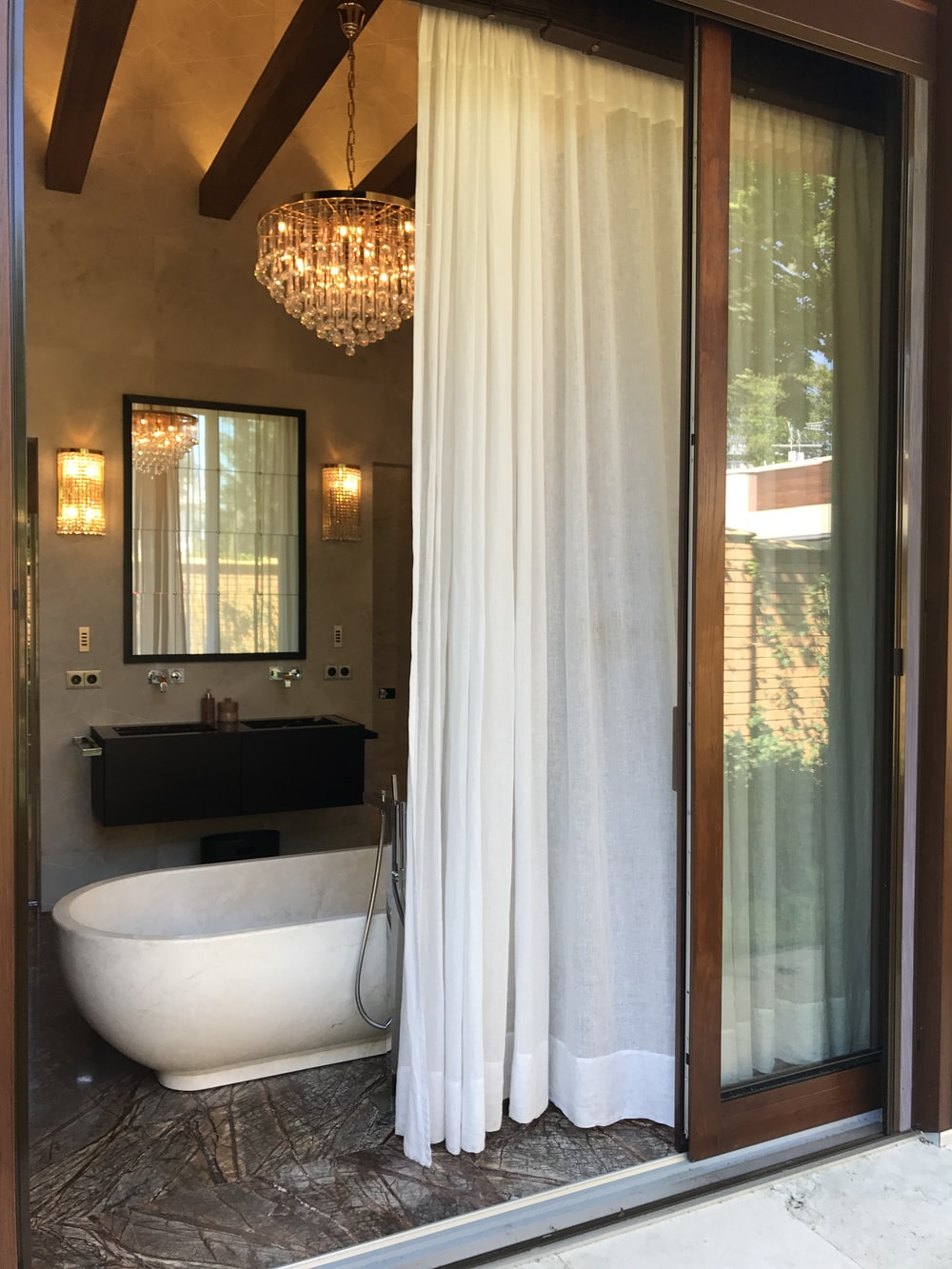 whte curtain near bath thub