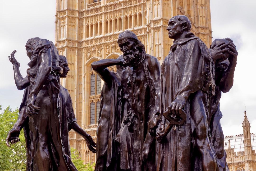 """No dia 08 de junho de 2019, já no final de uma manhã tipicamente britânica, fotografei a estátua """"The burghers of Calais"""" de Auguste Rodin localizada no jardim real """"Victoria Tower Gardens"""". Com minha Canon EOS Rebel T5i com lente Canon EF 50mm f/1.8, enquadrei a estátua, focando os rostos das peças dessa que é uma das esculturas de uma série de 5 (a original instalada na cidade Calais, França, mais 4 cópias) que Rodin produziu com a mesma cena. O Victoria Tower Gardens é um pequeno espaço verde no coração de Westminster, entre Houses of Parliament, o Rio Tâmisa, o Millbank e a Lambeth Bridge."""