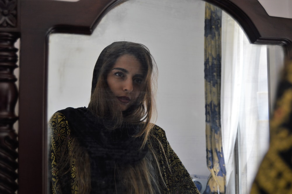 woman in front og mirror