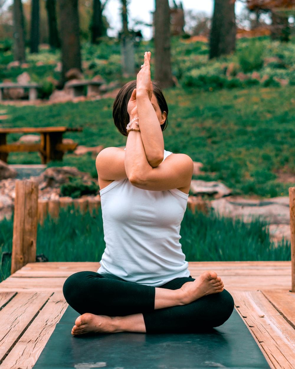 wanita yang melakukan yoga