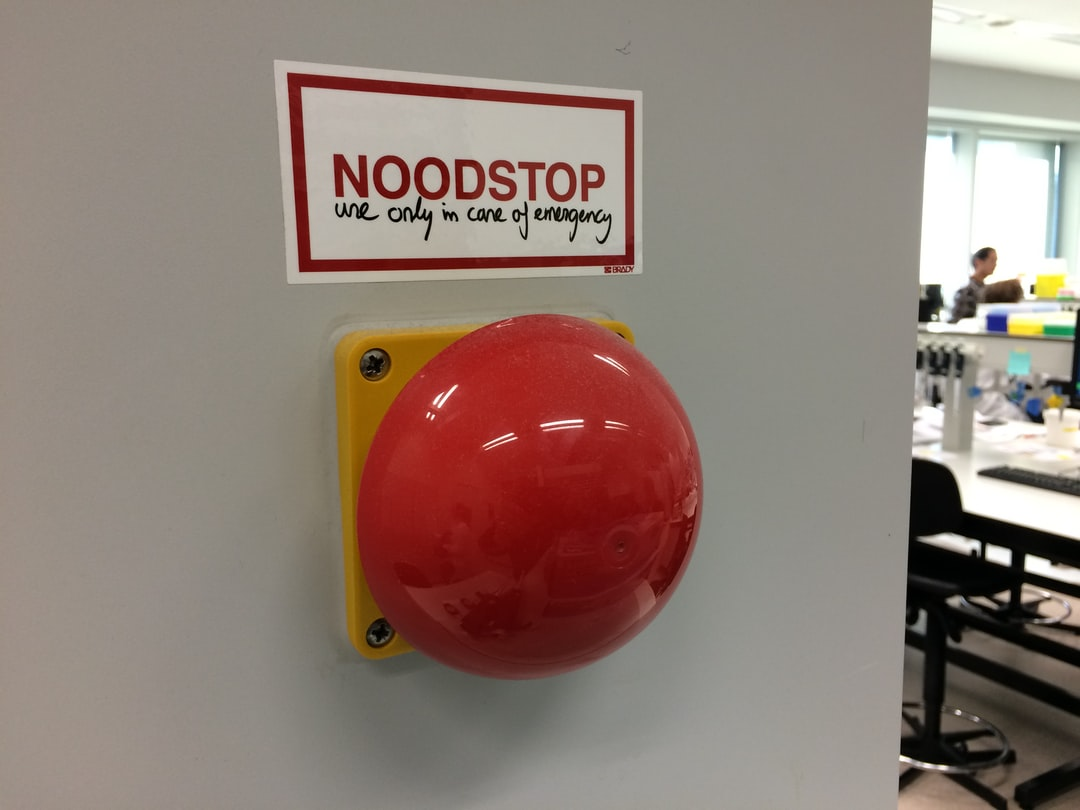 Noodstop. Use only in case of emergency. Kleurenblind.eu
