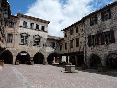 Castelnau-de-Montmiral. Village du XIII° siècle. Place de la mairie.