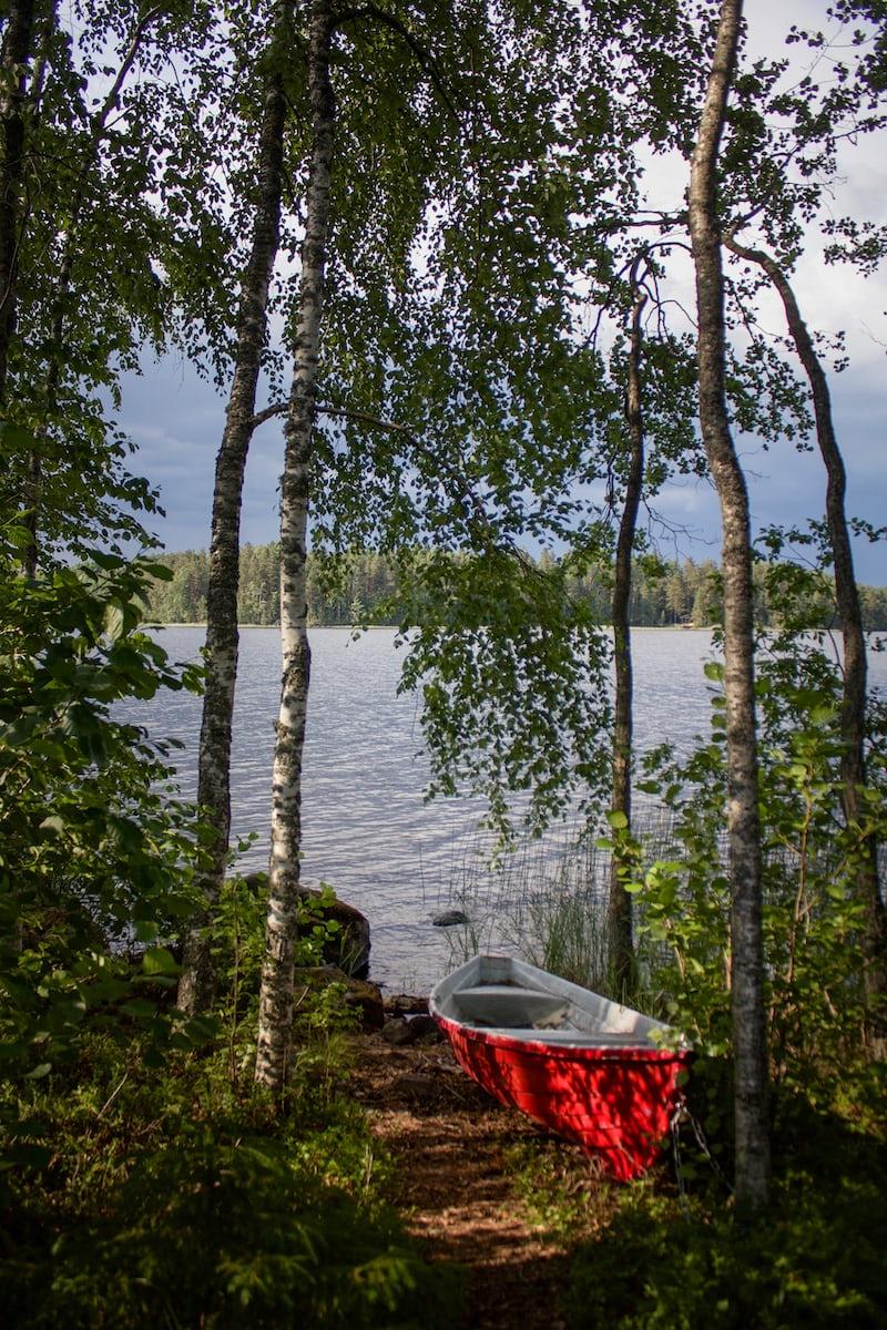 北欧の夏の湖畔に置かれたボート