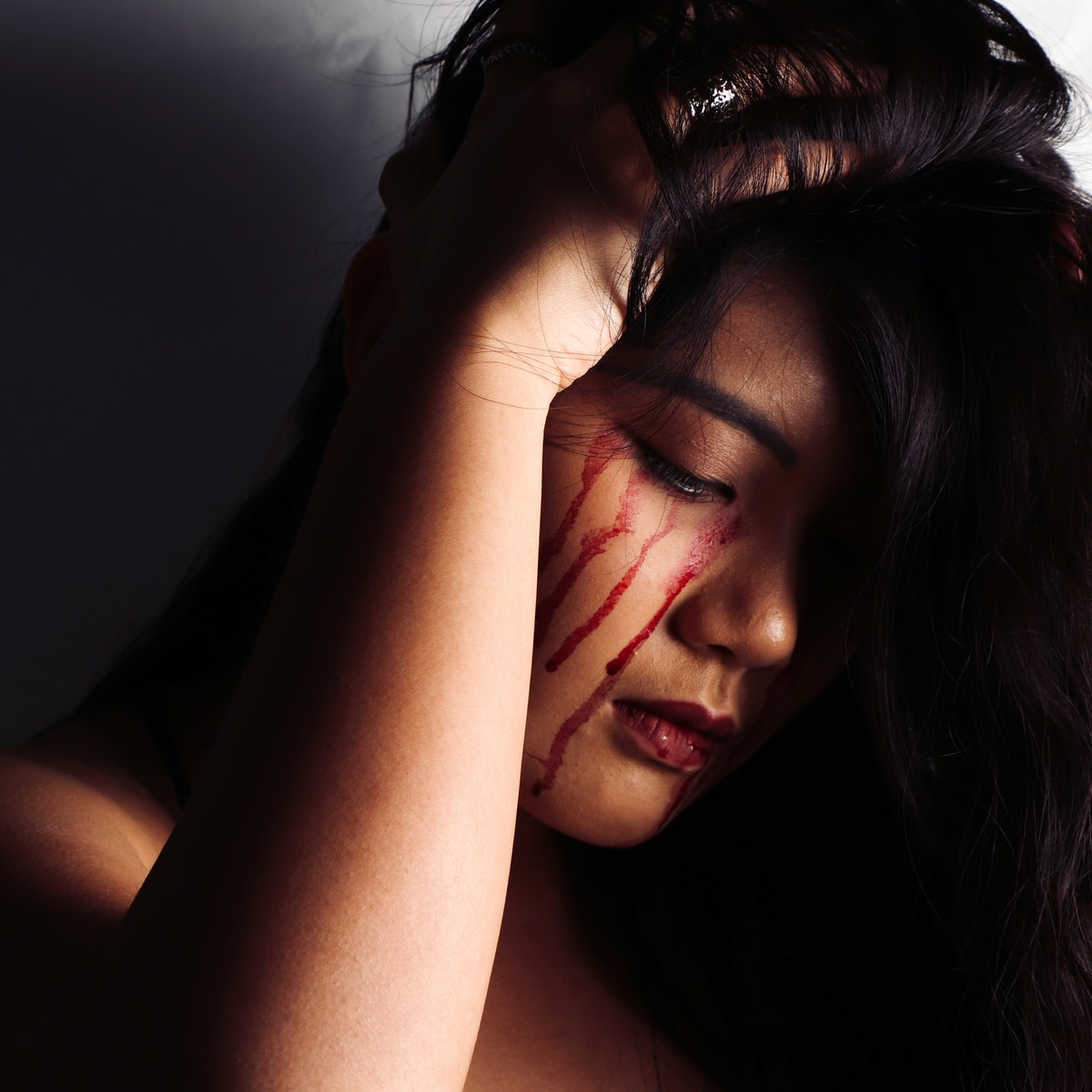 lágrimas de sangre, woman wearing red lipstick