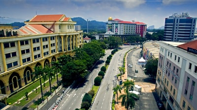Ipoh road near buildings during daytime