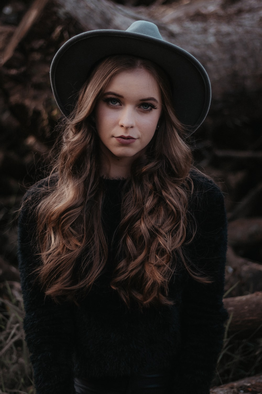 woman wearing black long-sleeved shirt close-up photography