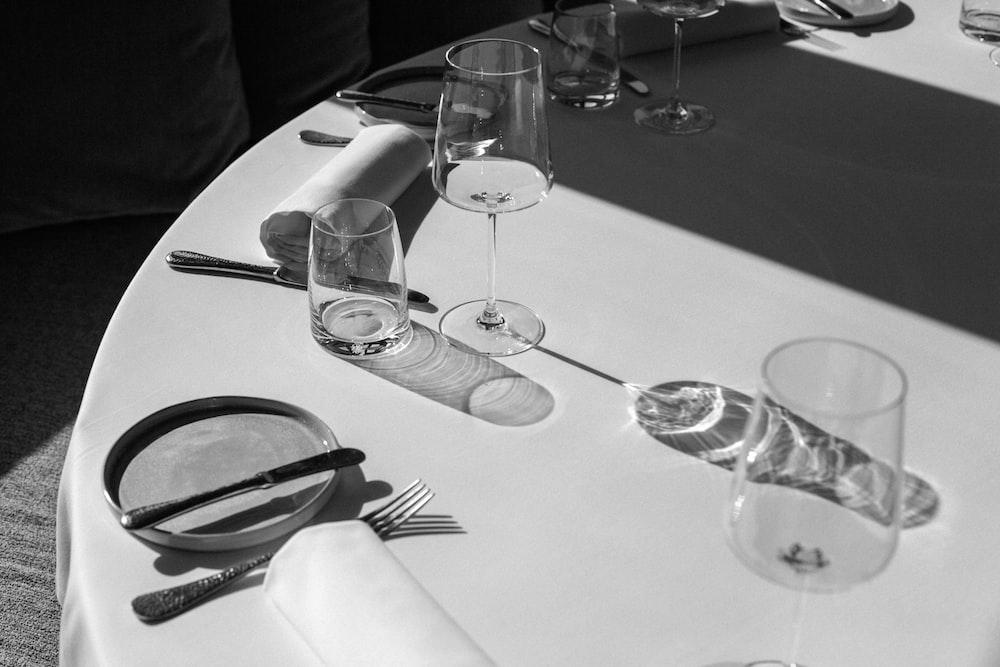 два прозрачных бокала для вина