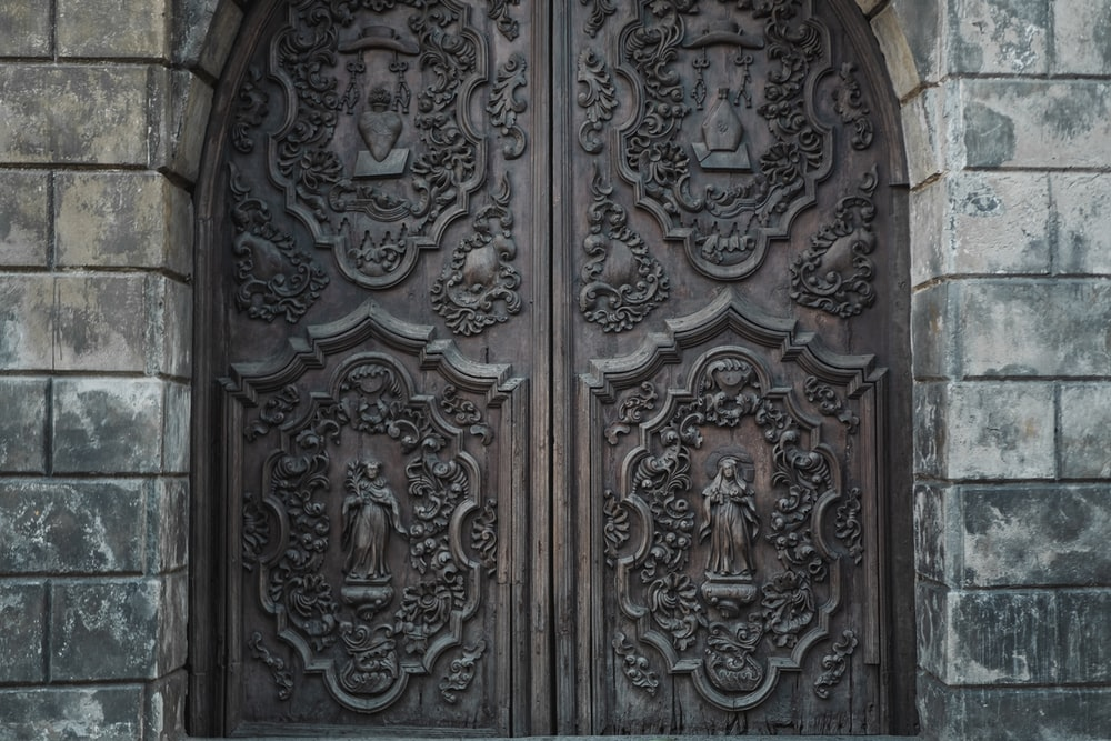 close-up photography of closed door during daytime