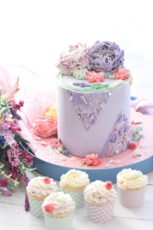 five cupcakes beside cake