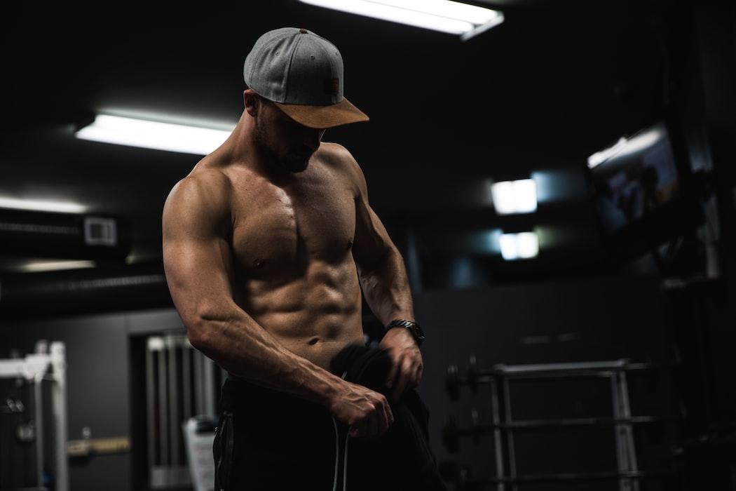 hombre con tableta de abdomen