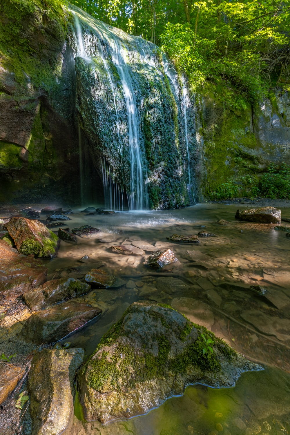 selective photography of waterfalls at daytime