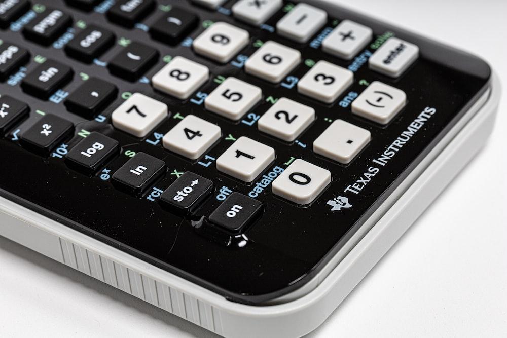 黒と白のテキサス・インスツルメンツの計算機