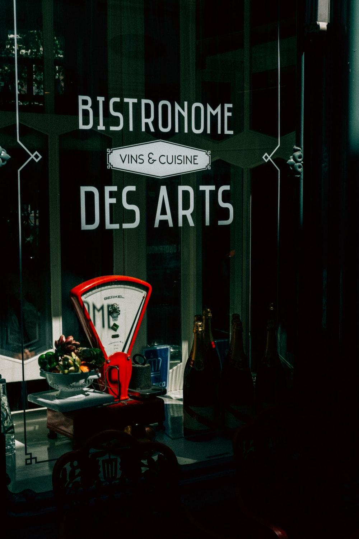 vBistronome Des Arts sticker on glass wall