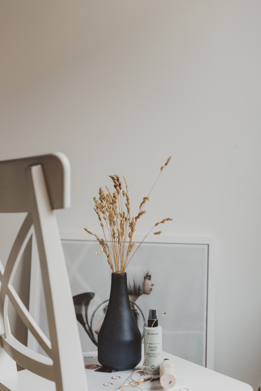 black ceramic vase close-up photographyclose-up photography