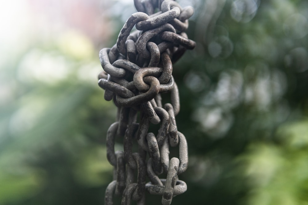 grey chain-link in selective-focus photography