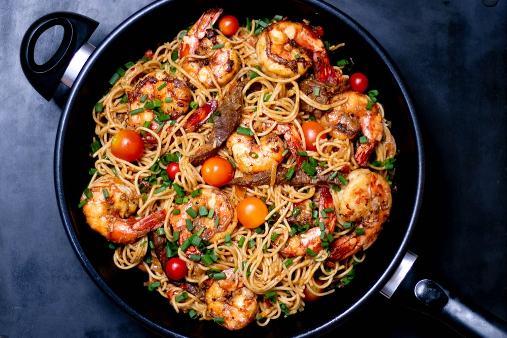 cooked noodles with shrimps