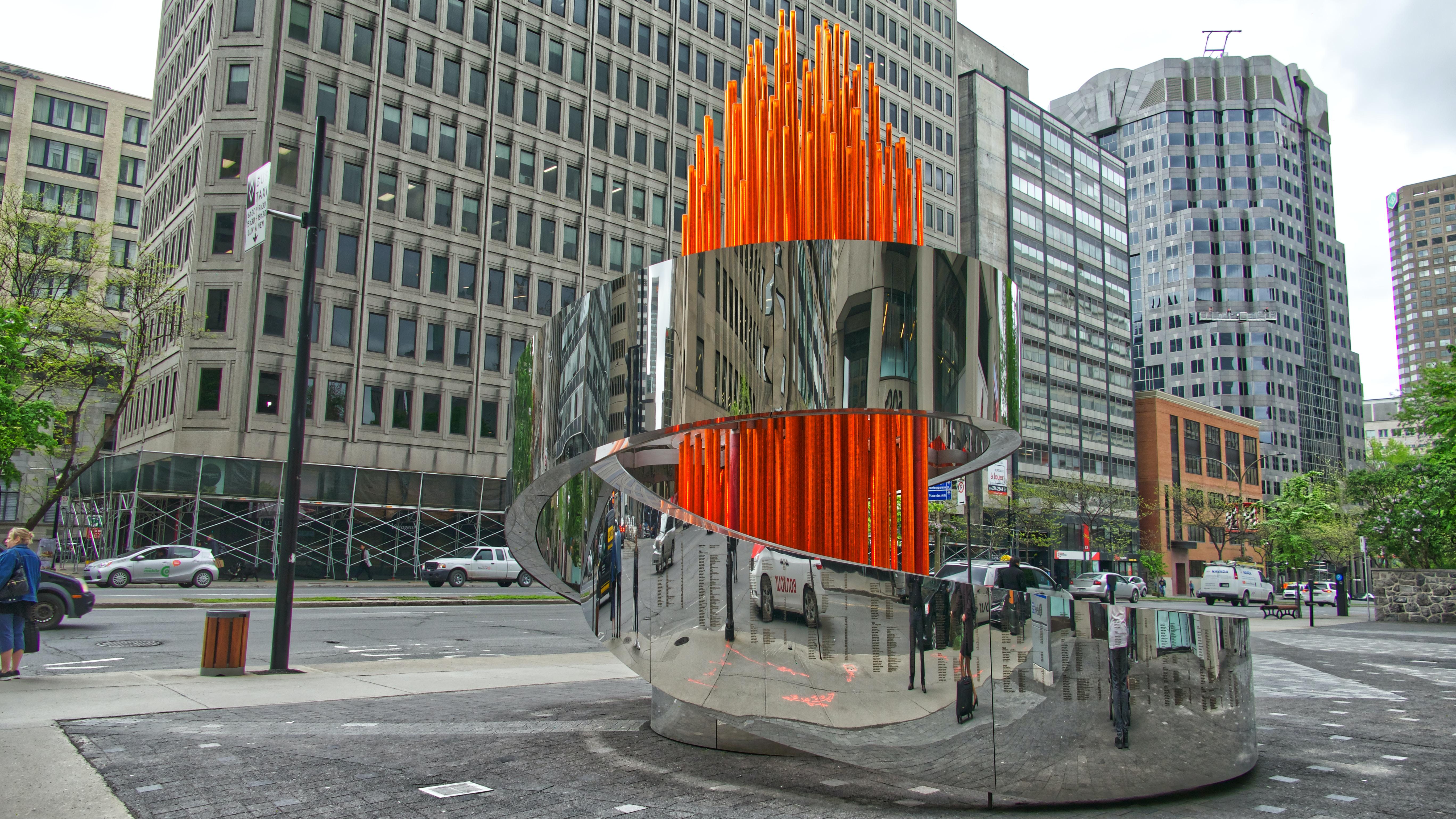 Sculpture moderne devant la Maison Olympique du Canada à Montréal.