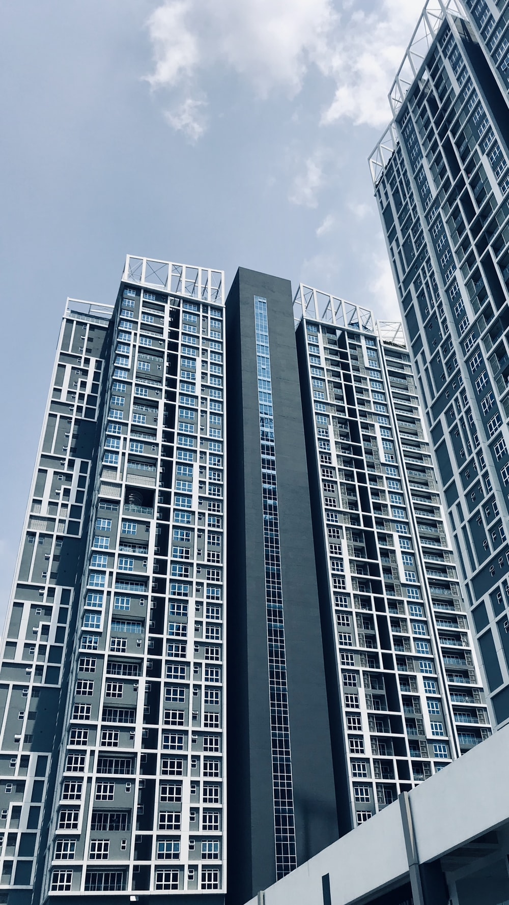 gray high-rise building