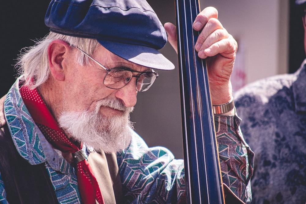 man holding black string instrumet