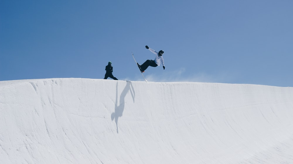 person doing snow boarding during daytime