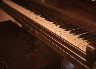 closeup photo of upright piano